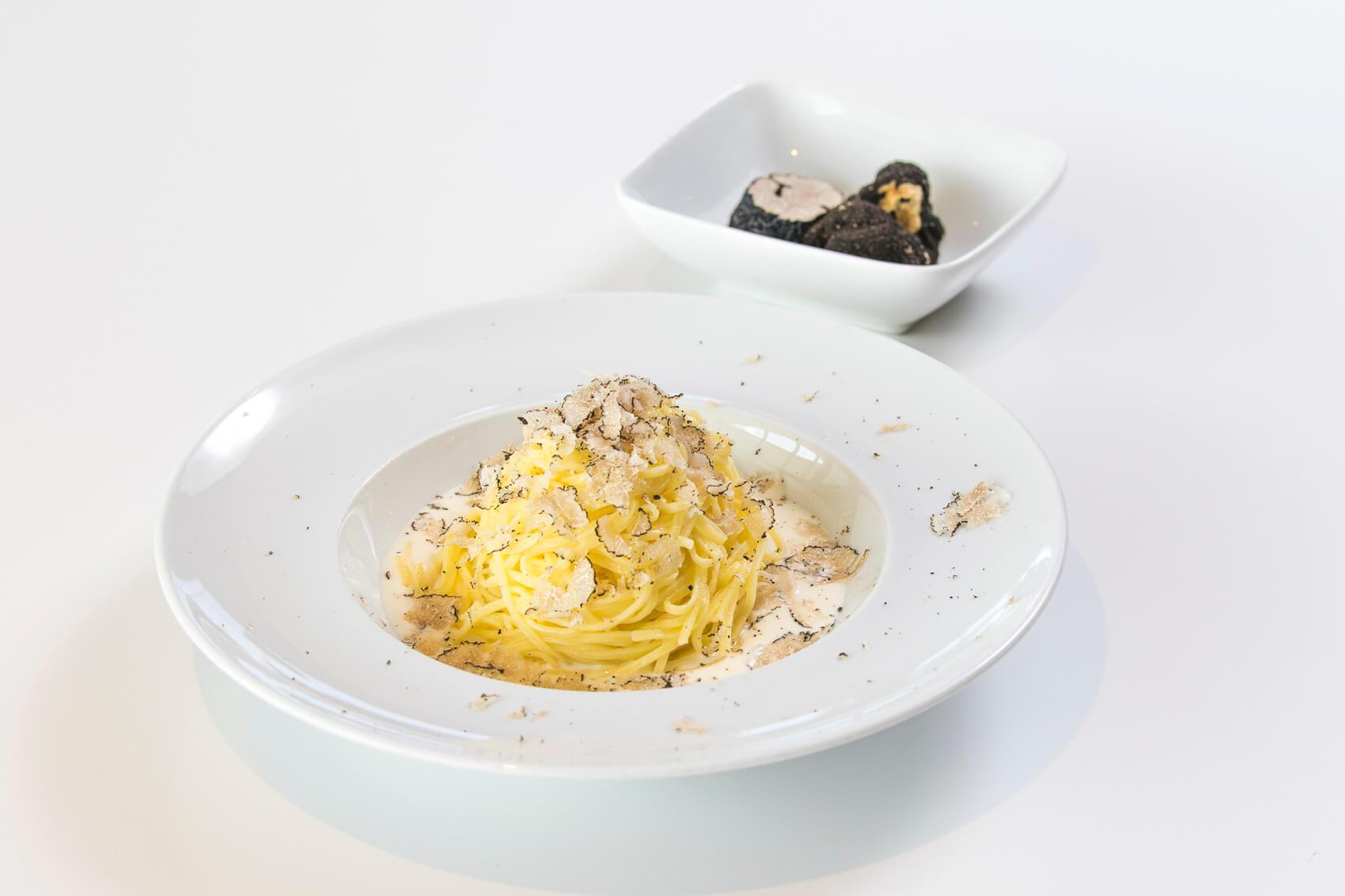 Tagliolini con crema di robiola e tartufo nero